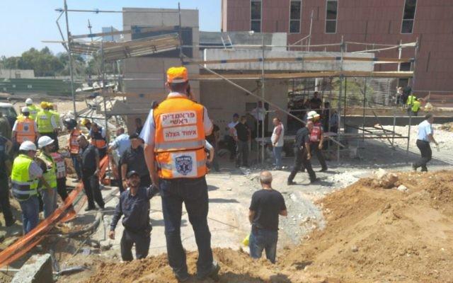 Les équipes de secours sur les lieux de l'effondrement d'un immeuble dans le nord de Tel Aviv, le 5 septembre 2016. (Crédit : United Hatzalah)