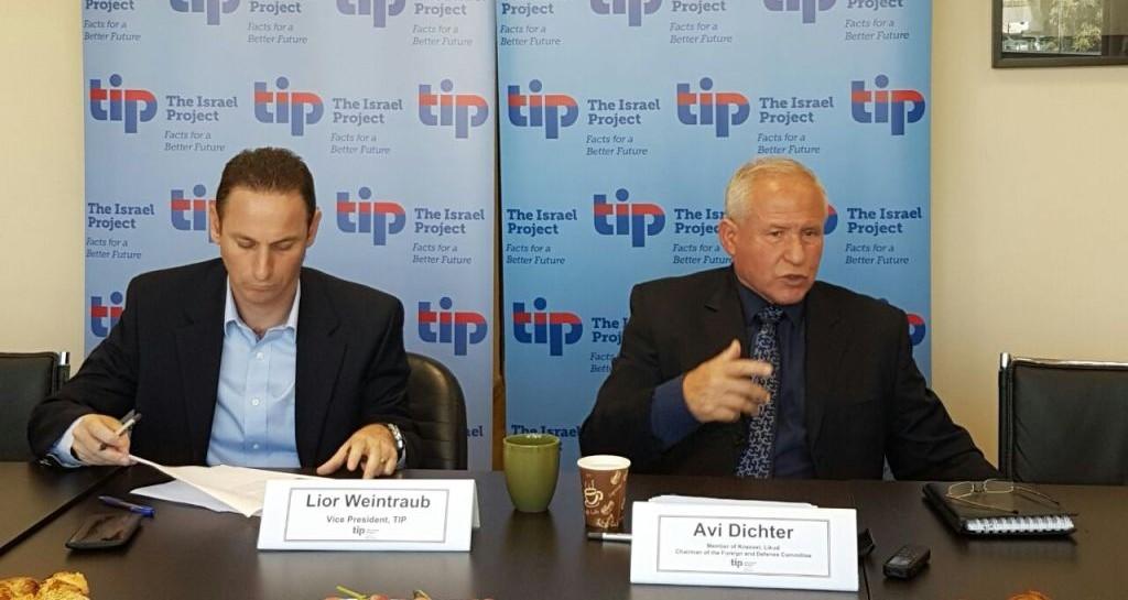L'ancien chef du Shin Bet, Avi Dichter, à droite, s'adressant aux journalistes à Jérusalem, le 5 septembre 2016 (Crédit : Autorisation)