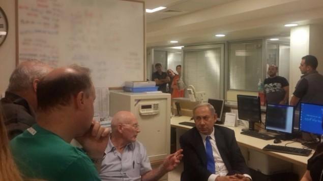 Le Premier ministre Benjamin Netanyahu s'entretient avec les médecins au centre médical Sheba de l'hôpital Tel Hashomer de Ramat Gan, le 14 septembre 2016, au lendemain de l'hospitalisation de l'ancien président Shimon Peres pour un accident vasculaire cérébral majeur. (Crédit : autorisation)