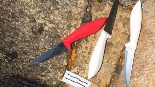Trois couteaux retrouvés par la police sur le corps d'un Jordanien abattu en tentant de poignarder une garde-frontière, à la porte de Damas de la Vieille Ville de Jérusalem, le 16 septembre 2016. (Crédit : police israélienne)