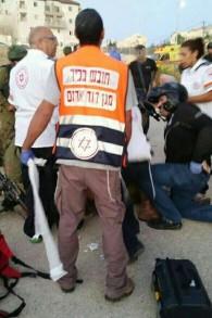 Des secouristes de Magen David Adom soignent un soldat israélien qui a été modérément blessé dans une attaque au couteau près de l'implantation d'Efrat, en Cisjordanie, le 18 septembre 2016. (Crédit : Magen David Adom)