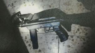 Arme semi-automatique artisanale de type Carlo saisie par le Shin Bet pendant des opérations à Hébron et Yattir, en septembre 2016. (Crédit : Shin Bet)