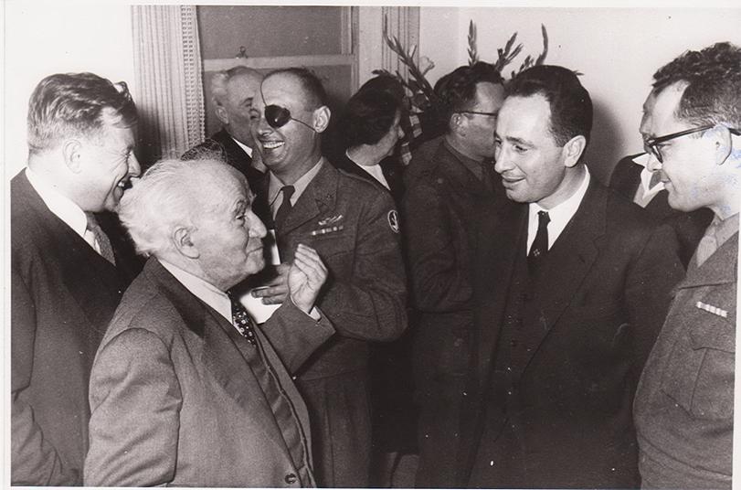 Shimon Peres avec David Ben Gurion et Moshe Dayan dans les années 1960. (Crédit : archives du ministère de la Défense)