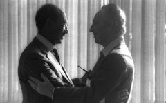 Shimon Peres avec le président égyptien Anwar Sadat. (Crédit : GPO)