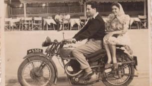 Shimon et Sonia Peres le jeur de leur mariage, en 1945, au kibboutz Alumot. (Crédit : archives de l'armée israélienne)