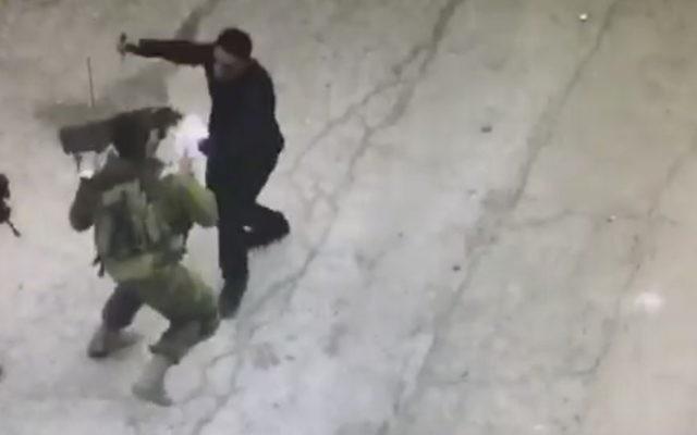 Le terroriste palestinien Hatem Abdel-Hafiz al-Shaloudi a attaqué des soldats israéliens avec un couteau à Hébron, le 17 septembre 2016. (Crédit : capture d'écran)