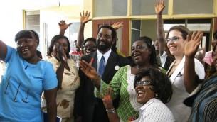 L'ambassadeur d'Israël au Ghana Sharon Bar-li (à droite) avec les responsables ghanéens dans la ville d'Accra, au Ghana (Crédit : MFA)