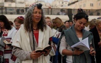 La fondatrice des Femmes du Mur, Bonna Devora Haberman, à gauche, pendant un office de son association, au mur Occidental, le 3 mars 2014. (Crédit : Miriam Alster/page Facebook des Femmes du Mur)