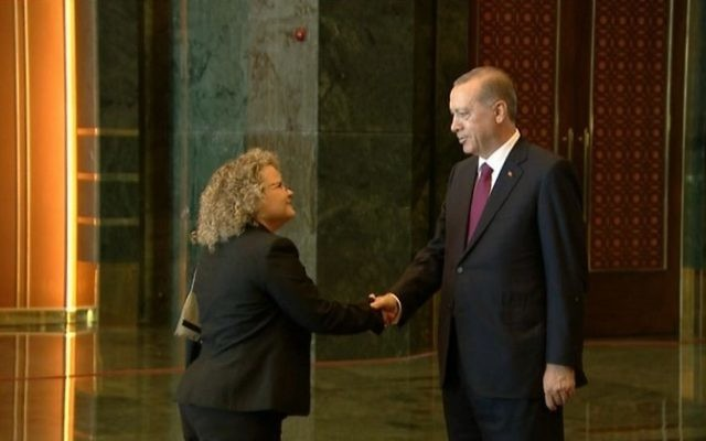 Shani Cooper, attachée diplomatique de la mission israélienne à Ankara, serre la main du président turc Recep Tayyip Erdogan pendant une réception dans la capitale turque, le 30 août 2016. (Crédit : présidence turque)