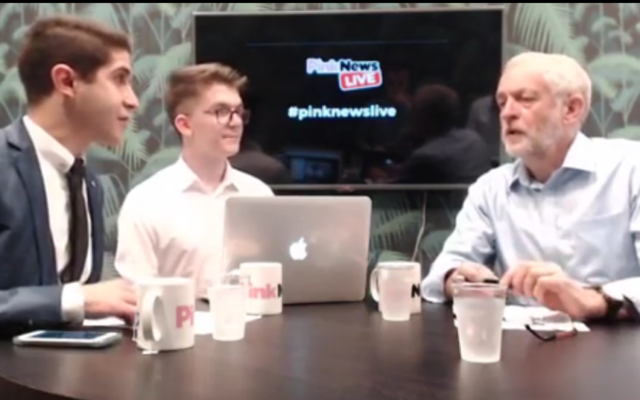 Jeremy Corbyn, président du Labour, se défend d'avoir été payé pour apparaître sur une chaîne de télévision iranienne pendant un entretien avec Pink News, le 1er septembre 2016. (Crédit : capture d'écran Facebook)