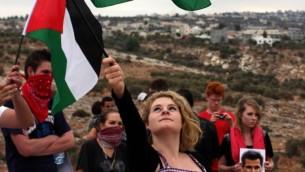 Militants palestiniens et étrangers pendant une manifestation contre la barrière de sécurité dans le village de Bilin, en Cisjordanie, près de Ramallah, en 2010. Illustration. (Crédit : Issam Rimawi/Flash90)