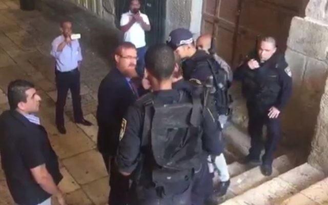 Le député du Likud Yehuda Glick avec des policiers devant l'entrée Est du mont du Temple, à Jérusalem, le 19 septembre 2016. (Crédit : capture d'écran Dixième chaîne)