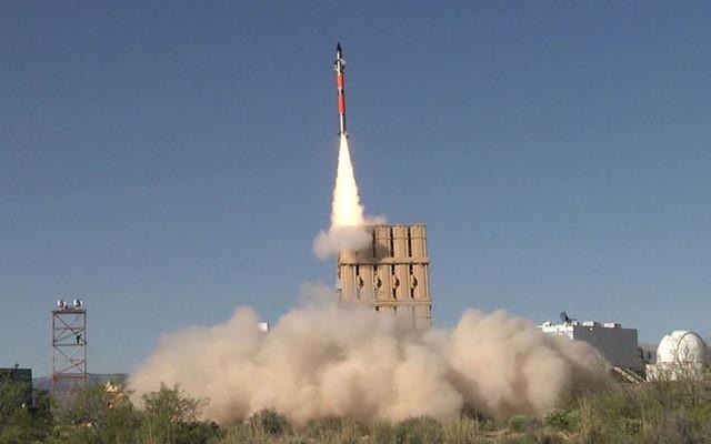 Un missile Tamir tiré par la batterie anti-missile du Dôme de Fer pendant un test aux Etats-Unis, en avril 2016. (Crédit : système de défense avancé Rafael)