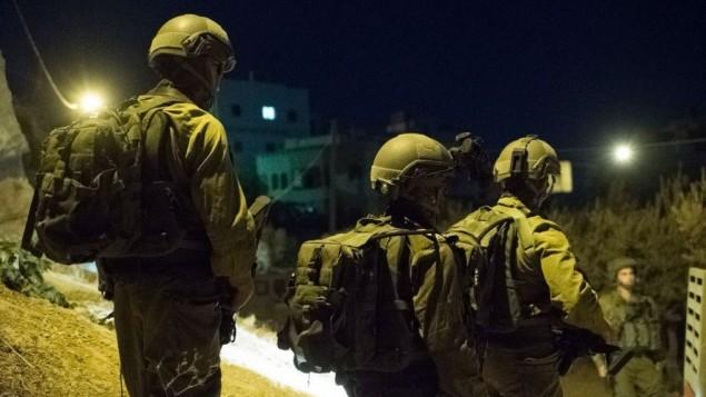 Des soldats israéliens pendant un raid nocturne en Cisjordanie, le 19 septembre 2016. (Crédit : unité des porte-paroles de l'armée israélienne)