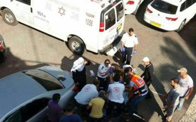La scène d'une fusillade fatale devant la mairie de Julis, en Galilée, le 5 septembre 2016. (Crédit : porte-parole du Magen David Adom)
