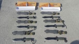 Des couteaux de commando saisis par Israël à Keren Shalom, avant leur entrée dans la bande de Gaza, le 9 août 2016. (Crédit : ministère de la Défense)