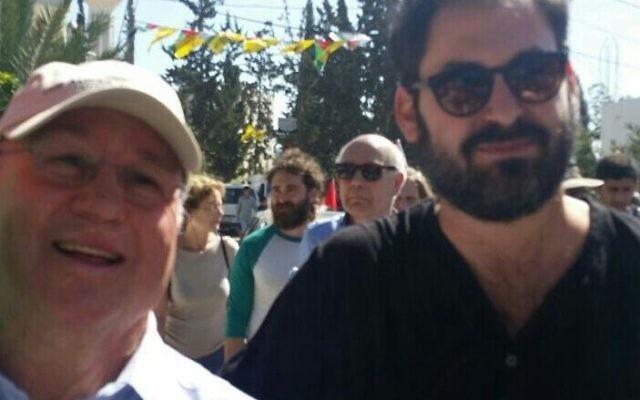 David Bernstein (à droite) et Yoni Mendel au 10e anniversaire des manifestations contre la barrière de sécurité du village palestinien de Bilin, en Février 2015. (Crédit : autorisation)