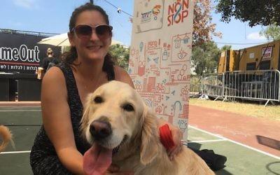 Mira Marcus, directrice de la presse internationale de la ville de Tel Aviv, avec son chien Shani au festival des chiens KelAviv à Tel Aviv, le 26 août 2016. (Crédit : Andrew Tobin/JTA)