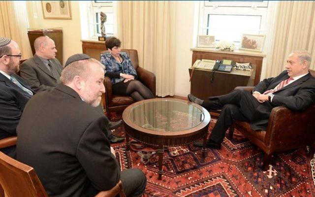 L'une des nombreuses réunions de négociation ayant précédé l'accord du mur Occidental de janvier 2016. Sont présents le Premier ministre Benjamin Netanyahu, l'ancien secrétaire du cabinet Avichai Mandelblit (en veste noire), le rabbin Steven Wernick, dirigeant du mouvement Masorti, le directeur exécutif du mouvement Masorti Yizhar Hess (en lunettes) et la rabbin Julie Schonfeld, qui dirige l'Assemblée rabbinique du mouvement Masorti. (Crédit : Yizhar Hess)