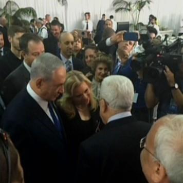 Le Premier ministre Benjamin Netanyahu serre la main du président de l'Autorité palestinienne Mahmoud Abbas au cimetière du mont Herzl, le 30 septembre 2016 (Crédit : capture d'écran Deuxième chaîne.)