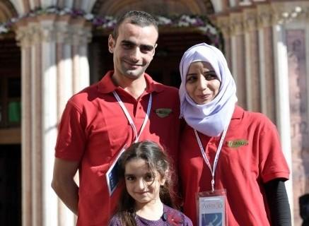 Les membres d'une famille syrienne réfugiée, Mohanad Zanboua (à gauche), son épouse Nour (à droite) et leur fille Maria, devant la basilique Saint-François d'Assise, où ils ont rencontré le pape François en audience privée avec d'autres familles syriennes, le 20 septembre 2016. (Crédit : AFP/Tiziana Fabi)