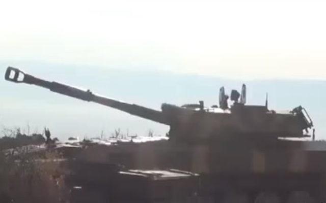 Une batterie d'artillerie syrienne. Illustration. (Crédit : capture d'écran YouTube)