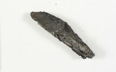 Ancien rouleau de Torah détruit par un incendie il y a des siècles. Photographie non datée. (Crédit : Autorité israélienne des Antiquités)