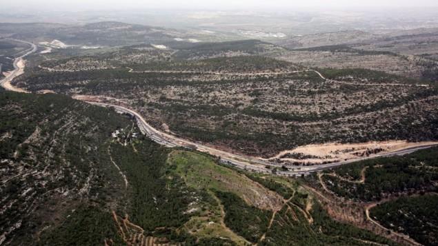 Vue aérienne de la route 1 et de Shaar Hagai, le 17 mars 2014. (Crédit : Yossi Zamir/Flash 90)