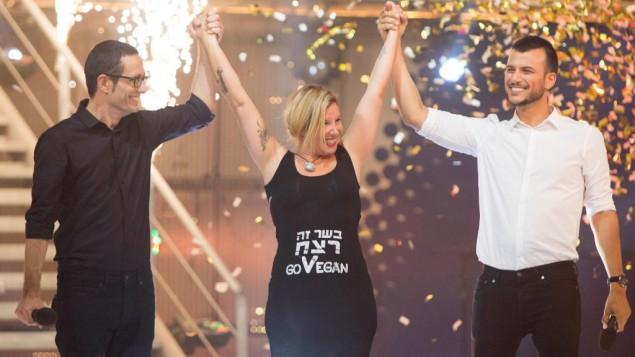 """Tal Gilboa, militante pour le droit des animaux, au centre, célèbre sa victoire dans la célèbre émission de téléréalité israélienne 'Big Brother', le 30 août 2014. Il est écrit sur son t-shirt """"la viande est un meurtre"""". (Crédit : Yonatan Sindel/Flash90)"""