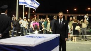 Le duc du Luxembourg devant la dépouille de Shimon Peres, le 29 septembre 2016 (Crédit : autorisation)