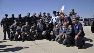 Barack Obama pose avec des agents de la sécurité avant de s'envoler pour Washington, le 30 septembre 2016 (Crédit : police israélienne)