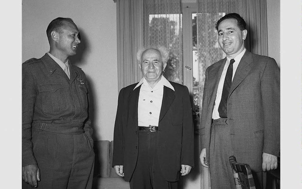 Shimon Peres, à droite, le directeur général du ministère de la Défense, et David Ben Gourion en 1955. (Crédit : GPO / Flash90)