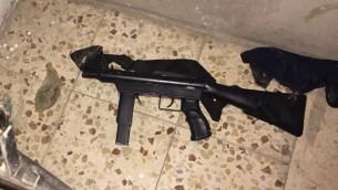 Arme semi-automatique artisanale découverte par l'armée israélienne pendant une perquisition matinale à Jabel Juhar, près de Hébron, en Cisjordanie, le 21 septembre 2016. (Crédit : unité des porte-paroles de l'armée)