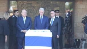 Yuli Edelstein, Bill Clinton et Reuven Rivlin (Crédit : bureau de Yizhak Harari / Knesset porte-parole)