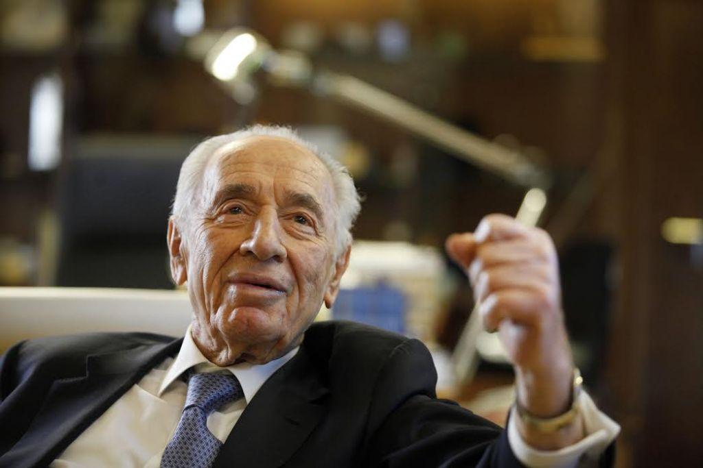 Shimon Peres parlant lors d'une interview à la résidence présidentielle à Jérusalem, le 10 avril 2013. (Crédit : Lior Mizrahi / Getty Images)