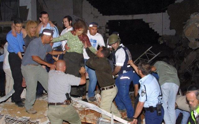 Le chaos après l'effondrement d'un plafond de la salle de mariage Versailles de Jérusalem, le 25 mai 2001. (Crédit : Flash90)