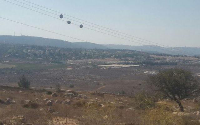 Vue depuis l'avant-poste d'Amona, en Cisjordanie. (Crédit : Marissa Newman/Times of Israel)
