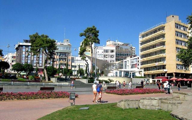 Vue sur le centre-ville d'Antalya (Crédit : Георгий Долгопский/Wikimedia commons)