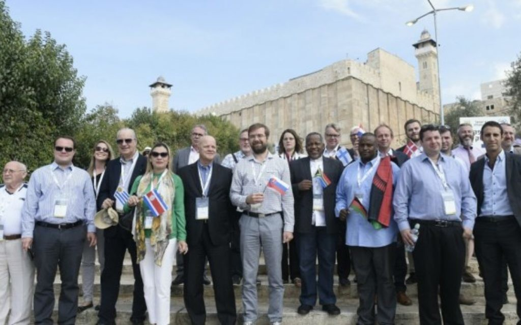 18 parlementaires pro-Israël en visite à Hébron, en Cisjordanie, le 19 octobre 2016. (Crédit : Avi Hayoun/autorisation)