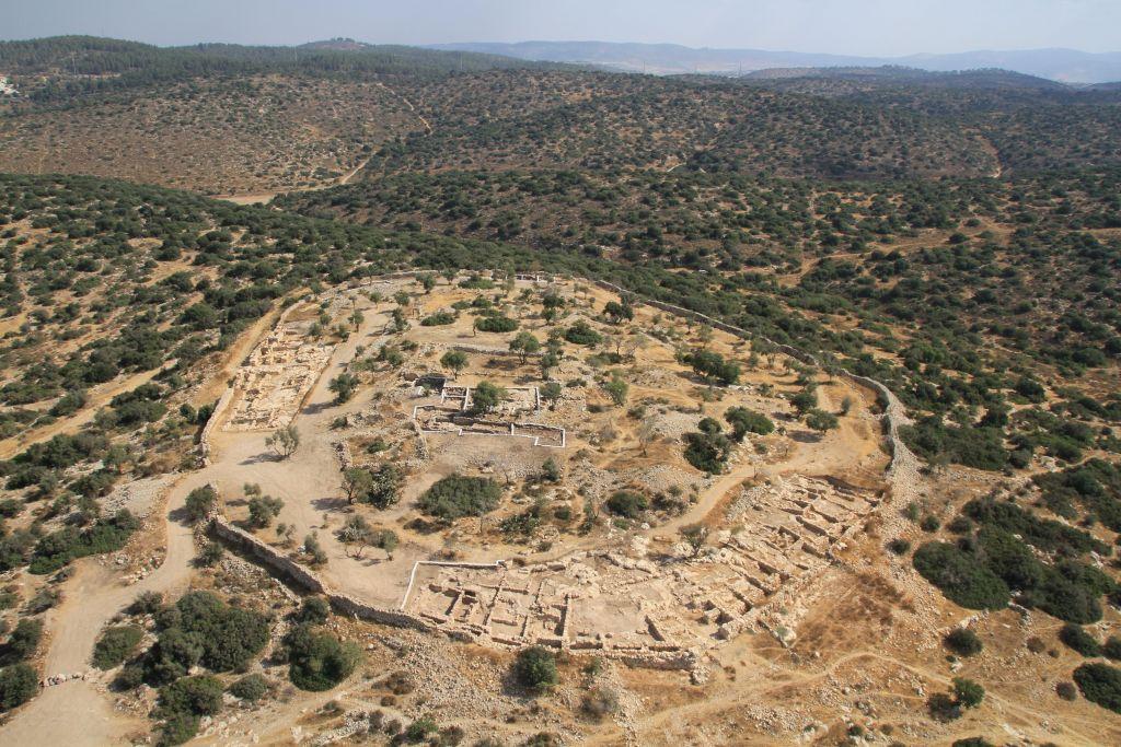 Le site de Khirbet Qeiyafa dans la vallée d'Elah. (Crédit : Skyview Société / avec l'autorisation de l'université hébraïque et Israel Antiquities Authority)