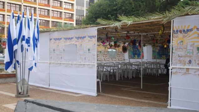 Vous cherchez une soucca à Tel Aviv ? Il y en a une place Rabin, avec des tables, des chaises et de la lumière pour quiconque en a besoin. (Crédit : autorisation de la ville de Tel Aviv-Jaffa)