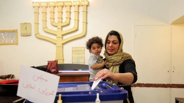 Une juive iranienne vote dans une synagogue qui sert de bureau de vote à la communauté juive, à Téhéran, le 26 février 2016. (Crédit : AFP/Atta Kenare)