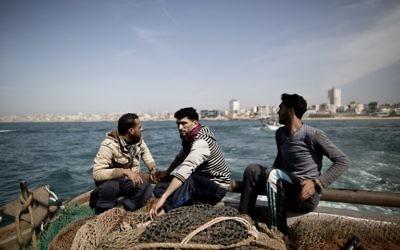 Des pêcheurs gazaouis au large de la bande de Gaza, le 3 avril 2016. (Crédit : AFP/Mahmud Hams)