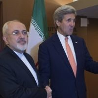 Le secrétaire d'Etat américain John Kerry (à droite) avant une rencontre avec le ministre iranien des Affaires étrangères, Mohammad Javad Zarif (à gauche) au siège des Nations unis à New York, le 9 avril 2016. (Crédit : Don Emmert/AFP)