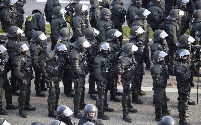 Des policiers sont déployés près de la salle où est organisée le congrès du parti populiste allemand AfD, à Stuttgart, le 30 avril 2016. (Crédit : AFP/Philipp Guelland)