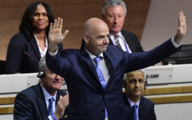 Gianni Infantino, au centre, nouveau président de la FIFA, après son élection à la tête de la Fédération à Zurich, le 26 février 2016. (Crédit : Olivier Morin/AFP)