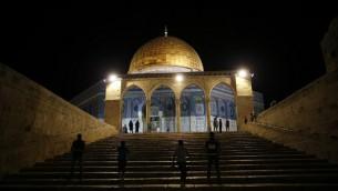 """Des Palestiniens au Dôme du Rocher, sur le mont du Temple de la Vieille Ville de Jérusalem, pendant les prières de """"tarawih"""" qui marquent le premier soir du mois musulman saint du Ramadan, le 6 juin 2016. (Crédit : Ahmad Gharabli/AFP)"""
