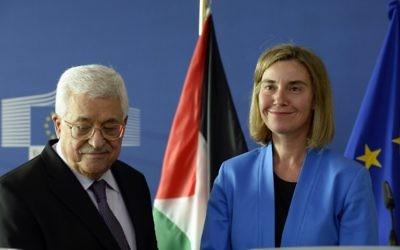 Federica Mogherini,  Haute Représentante de l'Union européenne pour les affaires étrangères et la politique de sécurité, et le président de l'Autorité palestinienne Mahmoud Abbas à Bruxelles, le 22 juin 2016. (Crédit : AFP/Thierry Charlier)