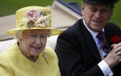 La reine Elizabeth II de Grande-Bretagne et son époux, le prince Philip, duc d'Édimbourg, le 19 juin 2015. (Crédit : Adrian Dennis/AFP)