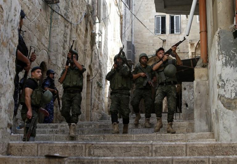Forces de sécurité palestiniennes en patrouille dans la ville de Naplouse, en Cisjordanie, après des affrontements, le 19 août 2016. Illustration. (Crédit : Jaafar Ashtiyeh/AFP)